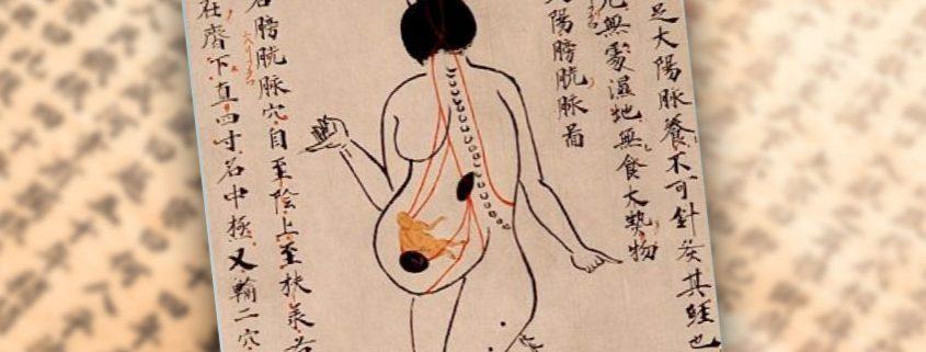 Schwangere Frau mit chinesischen Schriftzeichen